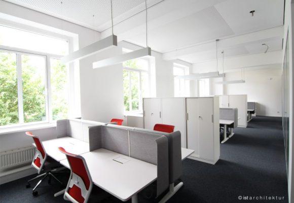 elektromotorisch verstellbare Schreibtische mit Bürodrehstühlen