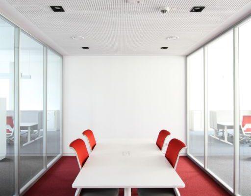 Konferenztisch mit Bürodrehstühlen