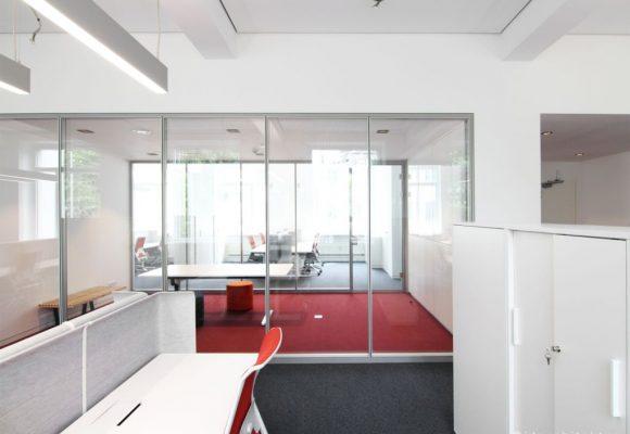 Meetingbereich mit Hocker,Bank und Tisch