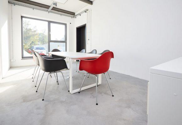 Aufenthaltsbereich mit Hartschalenstühlen