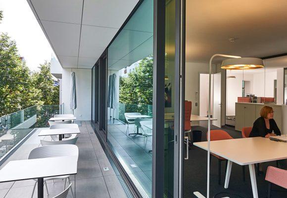Stühle und Tische für Außen- und Innenbereich