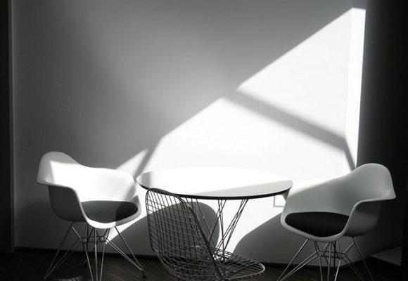 Sitzgelegenheit mit Tisch