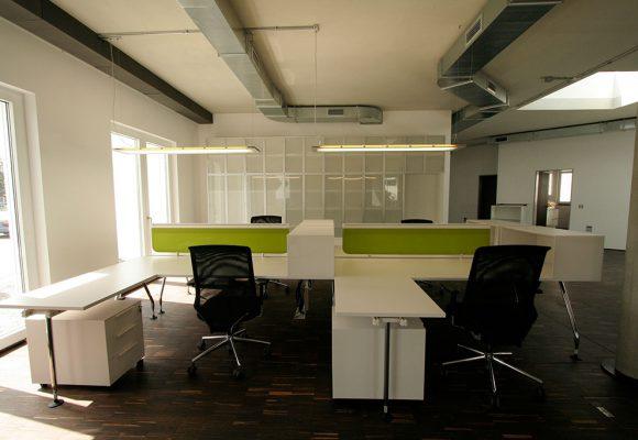 Bürobereich mit Schreibtischen und Stühlen