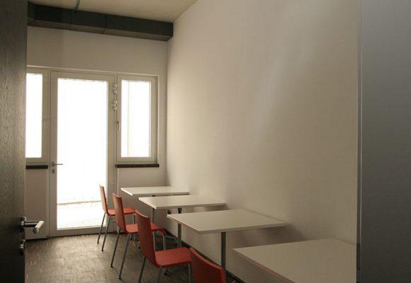 Stühle und Tische im Küchen-und Aufenthaltsbereich