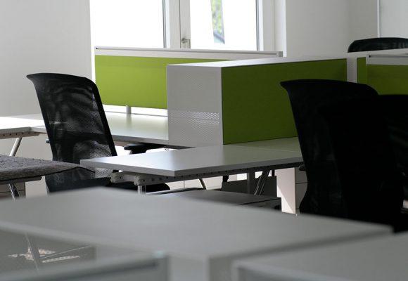 Schreibtische mit gefärbten Rück- und Trennwänden