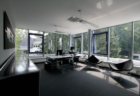 Neugestaltung mit Schreibtisch und Stühlen