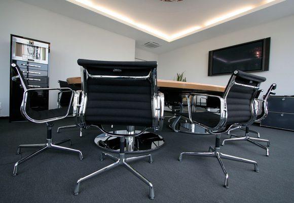 Konferenztisch und Stühle im Meetingbereich