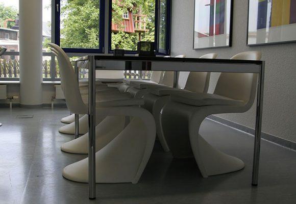 Tisch und Stühle im Küchen- und Aufenhaltsbereich