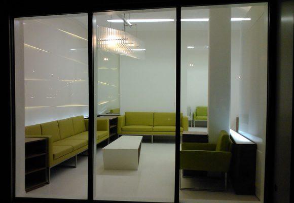 Wartezimmer mit Loungemöbel, Sitzbänke und Tisch
