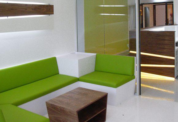 Wartebereich mit Sitzbänken